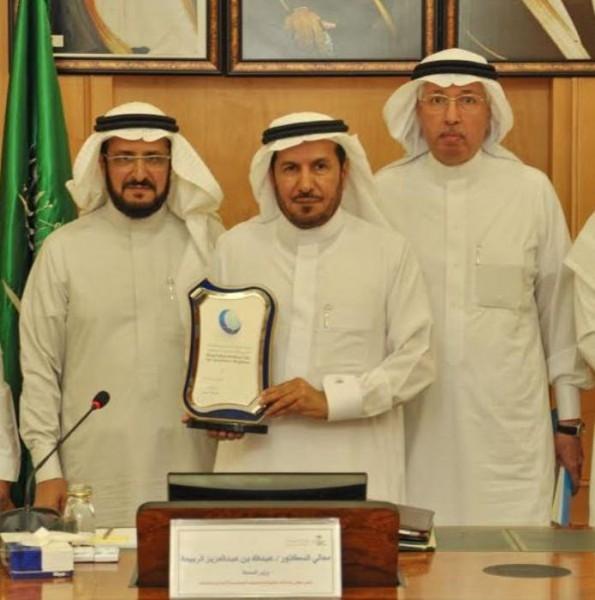 معالي وزير الصحة يعتمد شعار مدينة الملك فيصل الطبية2