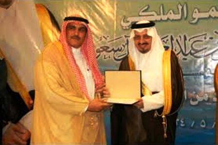 الدكتور محمد العتيبي أثناء التكريم من قبل أمير عسير