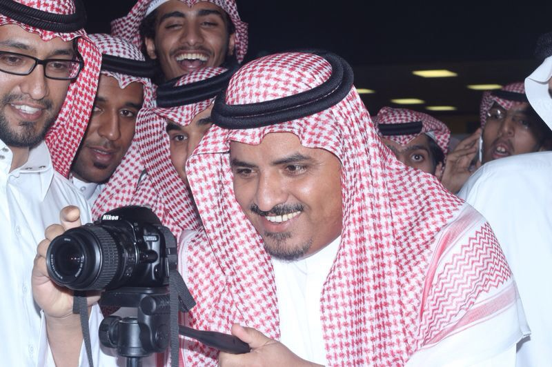 مدير الجامعة مع الكاميرا