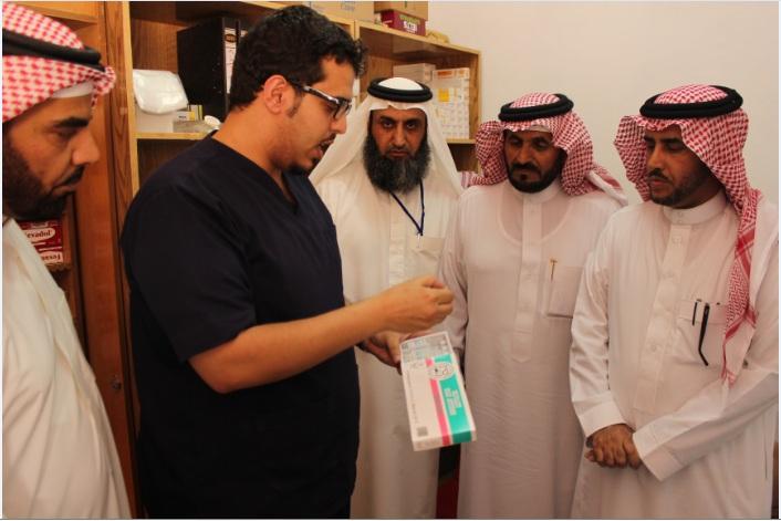 مدير تعليم الكبار في العيادة الطبية مع د باسم عسيري