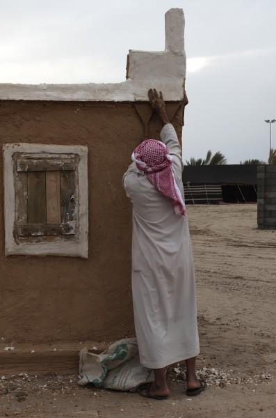 العم حمدان يبني بيت الطين