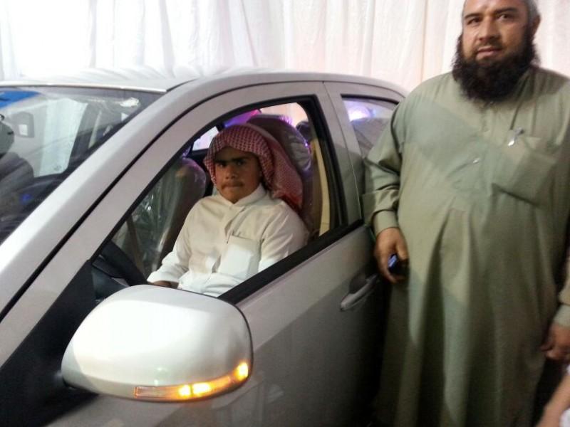 ختام الملتقى الصيفي ببللسمر الفائز بالسيارة وبجواره والده