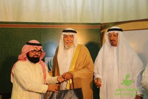ملتقى آل حسين بللحمر يكرمون الإعلامي توفيق الأسمري