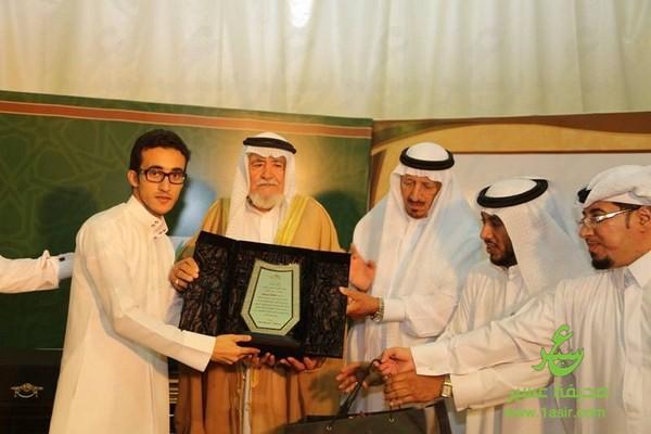 ملتقى آل حسين بللحمر يكرمون الفنان صالح ابو عمره