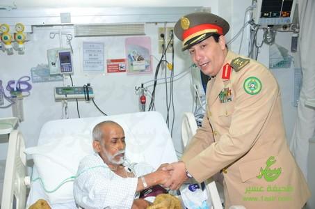 عبدالله الغامدي يعايد أحد مرضى القلب