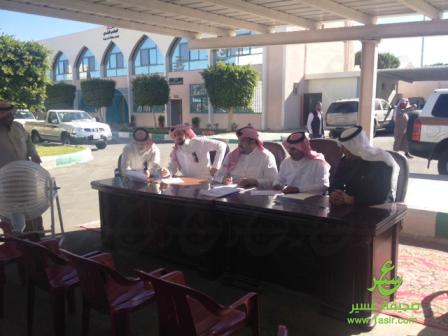 اللجنة أثناء سحب القرعة صباح اليوم الأربعاء ٠ي بلدية أحد ر٠يدة